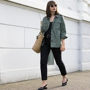 OUTFIT MIT ARMY JACKE, CAMISOLE & KORBTASCHE