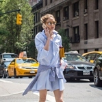 Gömlek elbiselerle yazın trendy stilleri