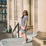 Sommer-Uniform: T-Shirt Kleid und nackte Füße