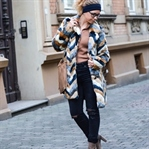 Outfit: Fake Fur Coat, Ripped Jeans und Stirnband