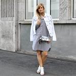 Blusenkleid & weiße Jeansjacke mit Patches