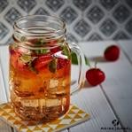 Cocktail mit Erdbeer-Rhabarber-Wodka