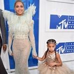 MTV Video Müzik Ödül Gecesinde Kim Ne Giydi ?