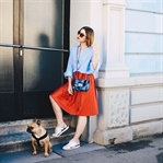Roter Plissee-Rock, Oversize-Bluse und Sneakers