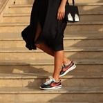 Vintage-Kleid und schwarze Nikes