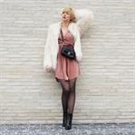 Discolook mit Samtkleid und Fake Fur