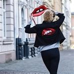 Outfit: Oversized Jeansjacke mit Pailletten-Mund