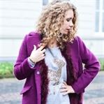 Outfit: Wollmantel, Federweste und Glitzer-Rentier