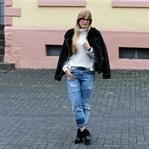 Rüschenpullover & Flicken-Jeans