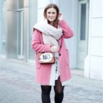 Winteroutfit mit pinkem Mantel
