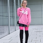 Outfit: 90s Combeack in Pink mit Logo Sweater