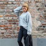 Outfit: Perlenpullover, Embroided Jeans, Flats