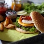 Pumpkin-Burger mit Apfel und Bacon
