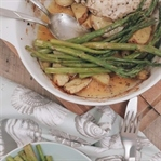 Zitronenhuhn mit Kartoffeln und grünem Spargel