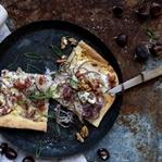 Zwiebelkuchen mit Gorgonzola, Birne und Walnüssen