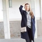 Grauer Rollkragenpullover, High Waist Jeans und lo