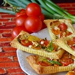 Hazır milföy hamurundan pratik çıtır pizza yapımı