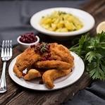 Klassischer Wiener Erdäpfelsalat mit Senfschnitzel