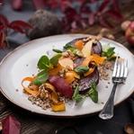 Roter Rüben Salat mit Nüssen, Buchweizen & Karotte