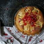 Versunkener Apfelkuchen mit Granatapfel