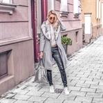 Lässig: grauer Mantel mit Sneaker und Backpack
