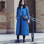 Outfit mit blauem Mantel