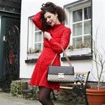Outfit mit rotem Spitzenkleid