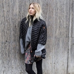 STEPPJACKE, OVERSIZED KNIT UND DRAPIERTER ROCK