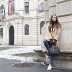 Winterliches Outfit mit Camel Mantel und Sneakern