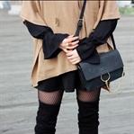 Elegantes Outfit mit Cape und Netzstrumpfhose