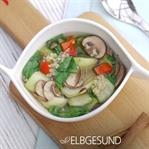 Farbenfrohe Pho-Suppe mit Quinoa