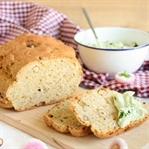 Haselnuss Möhren Brot mit Bärlauchfrischkäse