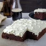 Schwarzbier-Kuchen mit Frischkäse-Topping