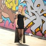 Stilbruch: Langes Kleid mit Converse Chucks