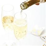Time to sparkle: DIY-Sektgläser mit Goldpunkten