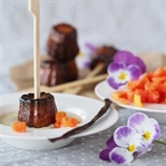 Cannelés mit Papaya und Vanille-Soße