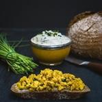 Ostern ohne Eier: Vegane Brotzeit mit Rührtofu