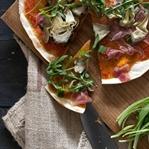 Sauerteig-Pizza mit Bärlauch und Artischocke
