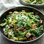 Wok-Gemüse-Pfanne mit geräuchertem Tofu
