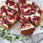 Pistazienkuchen mit Mascarpone und gerösteten Erdb