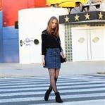 Jeans-Rock und schwarzes Nieten-Shirt