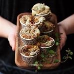 Matcha-Muffins mit Nektarine und Sesam-Streusel