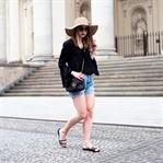 Sommerliches Outfit mit luftiger Bluse und Shorts
