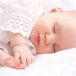 Bebeğin başını değil vücudunu sallayın