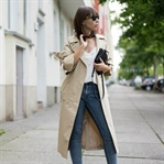 BEQUEMES REISEOUTFIT MIT FLATS & TRENCHCOAT