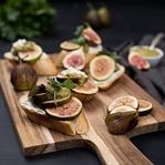 Crostini mit Kräuterpesto, Frischkäse & Feigen