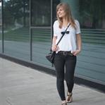 In schwarzer Jeans, weißem Shirt ins Büro