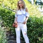 Outfit: Cold-Shoulder, weiße Jeans und T-Straps