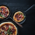 PAN PIZZA MIT SALAMI UND RUCOLA