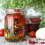 Eingelegte getrocknete Tomaten mit Rosa Pfeffer